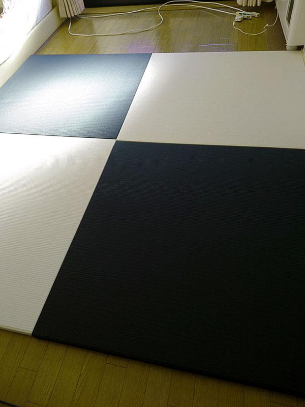 炭濃度20パーセントの黒い畳とチタニウムホワイトの白いフローリング畳