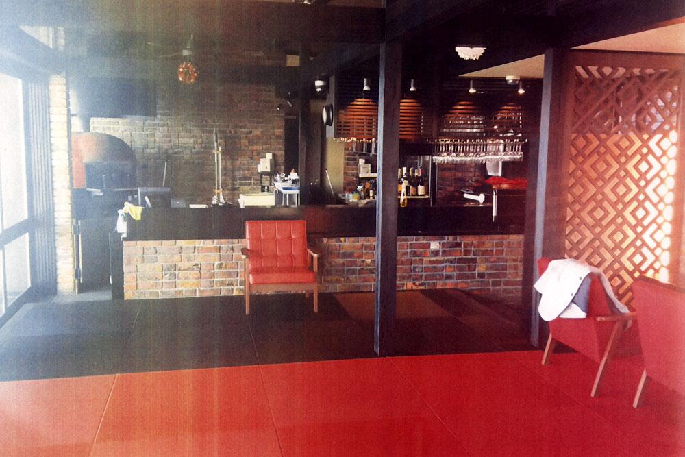 弁柄色の赤い畳と炭の黒い畳