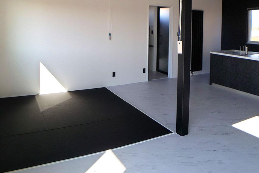 モノトーンの部屋へ黒い畳を敷く