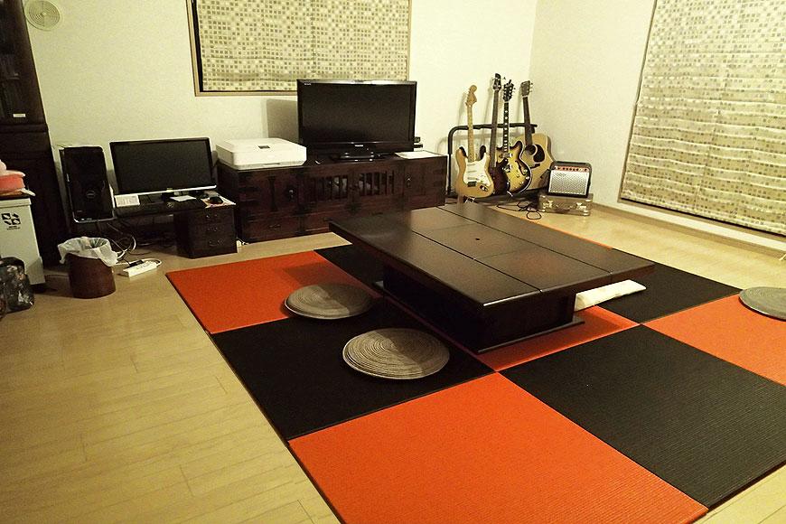 フローリング に敷いた 黒い畳と赤い畳